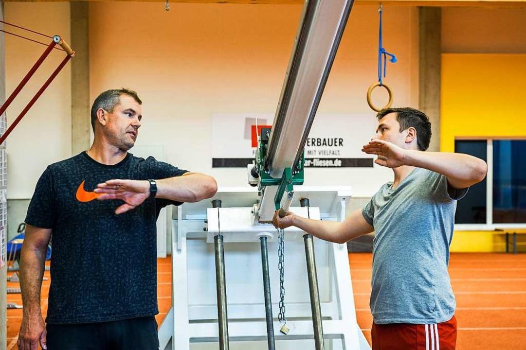 Bundestrainer Boris Obergföll erklärt, worauf es beim Speerwurf ankommt.  | Foto: Daniel Schoenen