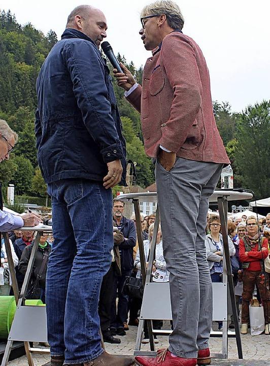 Hansy Vogt (rechts) mit dem neuen Eigentümer einer Skulptur.  | Foto: Claudia Renk