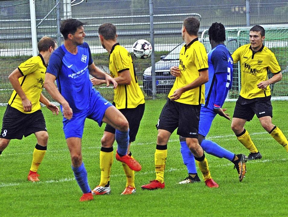Fabian Papa (zweiter von links) und Sa...Blauen aus Neustadt verloren mit 1:3.   | Foto: Bernd Seger