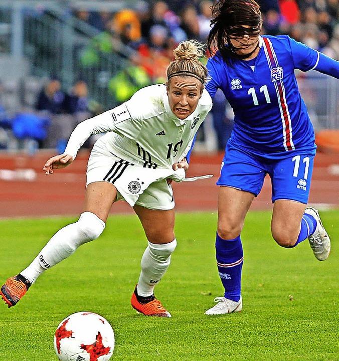 Svenja Huth (links) erzielt beide Tore.   | Foto: DPA