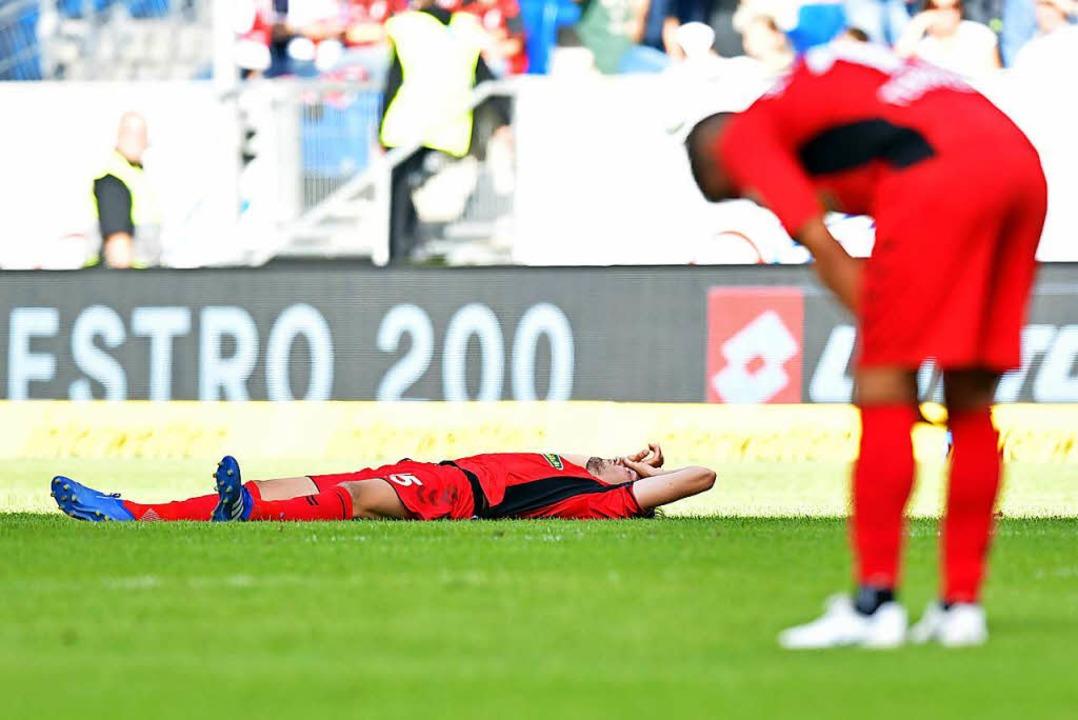 Pascal Stenzel liegt nach Spielende auf dem Spielfeld.    Foto: dpa