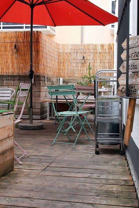 Die Terrasse im Hinterhof lädt zum schlemmen ein.  | Foto: Carla Bihl