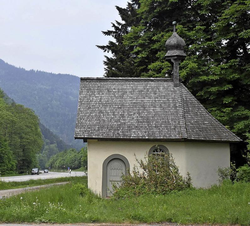 Direkt an der B31 im Höllental liegt die Kapelle als Ort der Einkehr.  | Foto: Thomas Biniossek