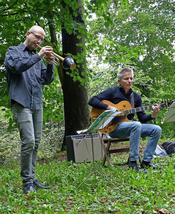 Wolfgang Zumpe und Ingmar Winkler spie...s im Wasserhochbehälter Scheibenbuck.   | Foto: Claudia Bachmann-Goronzy