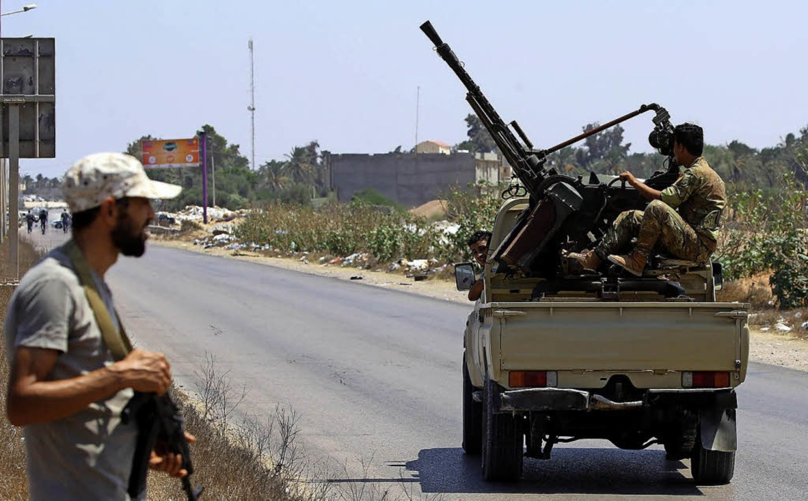 Libysche Sicherheitskräfte patrouillieren durch die Straße.   | Foto: AFP