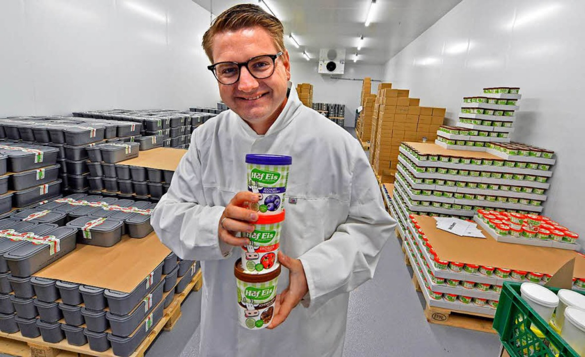 Hofeis-Chef Matthias Rothacher im Kühl...gern die Eisvorräte bei minus 18 Grad.  | Foto: Michael Bamberger