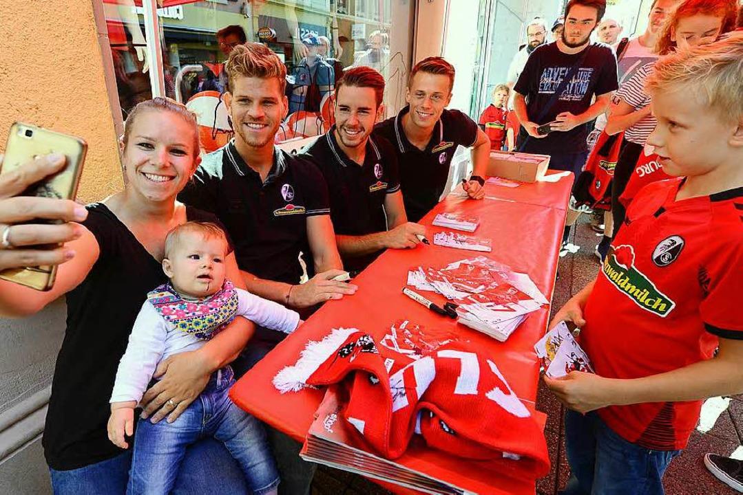 Auch ganz kleine Fans waren bei der Fa...Schwolow schrieben fleißig Autogramme.  | Foto: Ingo Schneider