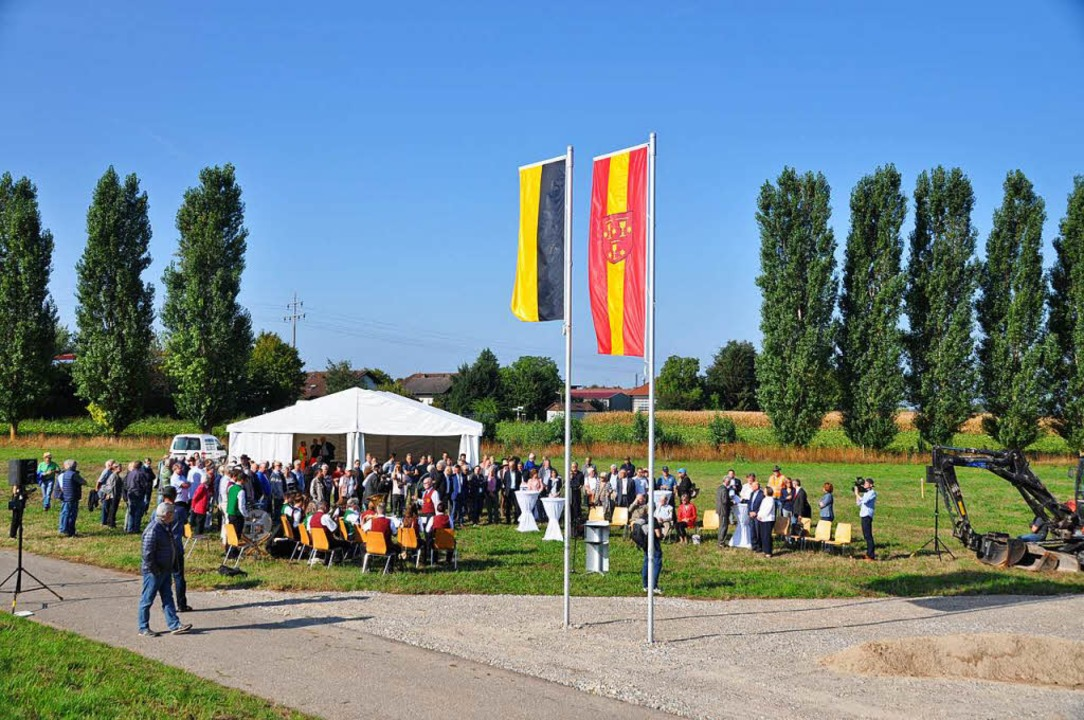 Unter den Fahnen von Land und Stadt wo... Bürger dem historischen Ereignis bei.  | Foto: Rainer Ruther