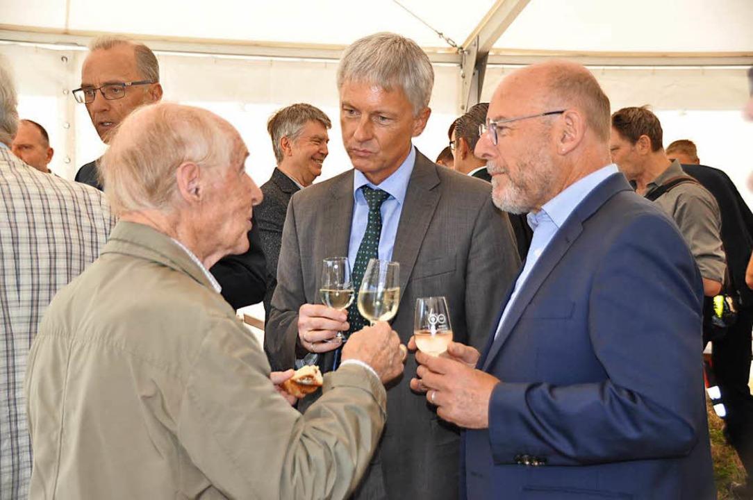 Ehrenbürger Max-Carl Müller im Gespräc...sminister Winfried Hermann (von links)  | Foto: Rainer Ruther