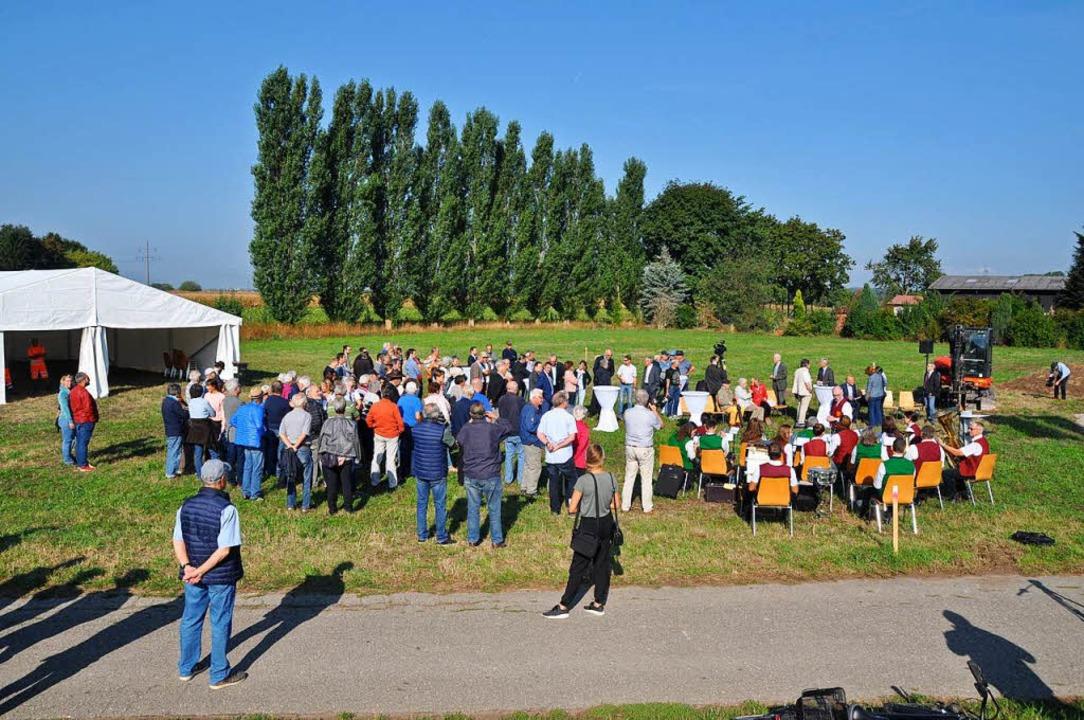 Gut 100 Menschen fanden sich zur musikalisch umrahmten Feier ein.  | Foto: Rainer Ruther
