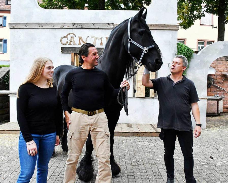 Er ist sehr gelassen, der Friese: Binn...Koziol und Eigentümer Walter Schindler    Foto: Wolfgang Künstle