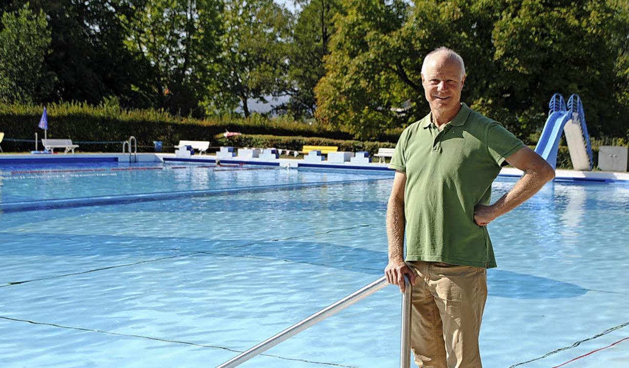 Paul Albiez-Kaiser steht am Schwimmbec...jährig nutzbares Freizeitgelände vor.     Foto: Juliane Schlichter