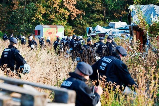 Polizei rückt in besetzten Hambacher Forst vor – RWE räumt Hindernisse
