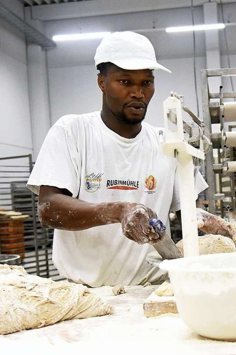 Um 1.30 Uhr wird beim Bäcker Ritter in... Kuchen belegt und Glasuren angerührt.  | Foto: Markus Zimmermann