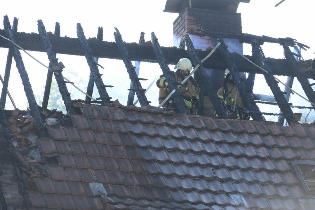 Die Feuerwehr bekämpft einen Brand in ...sie eintraf, war niemand mehr im Haus.  | Foto: Ingo Schneider