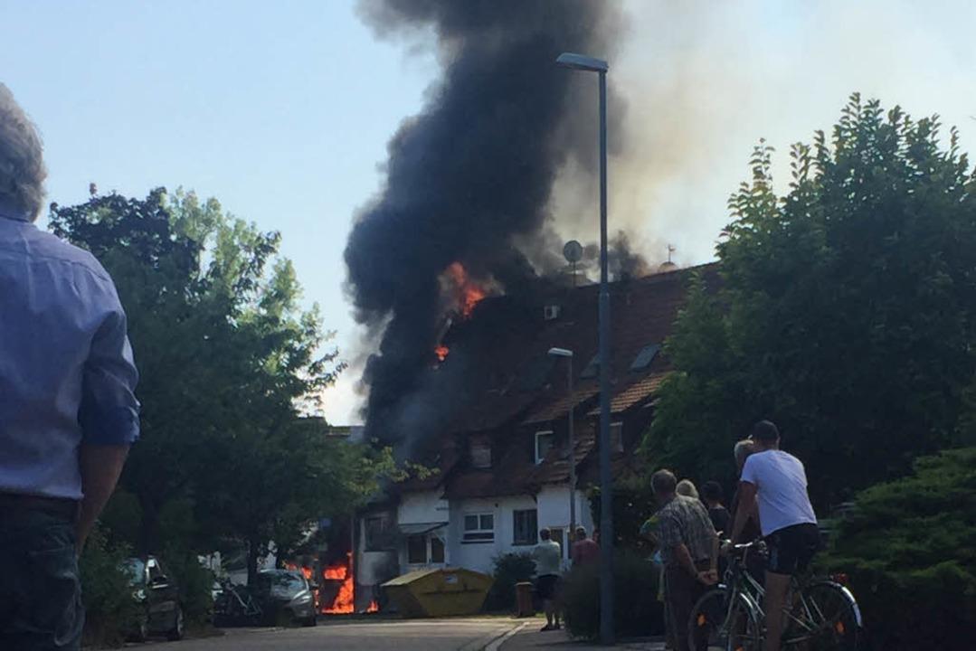 Der Brand griff auf das Haus über.  | Foto: privat
