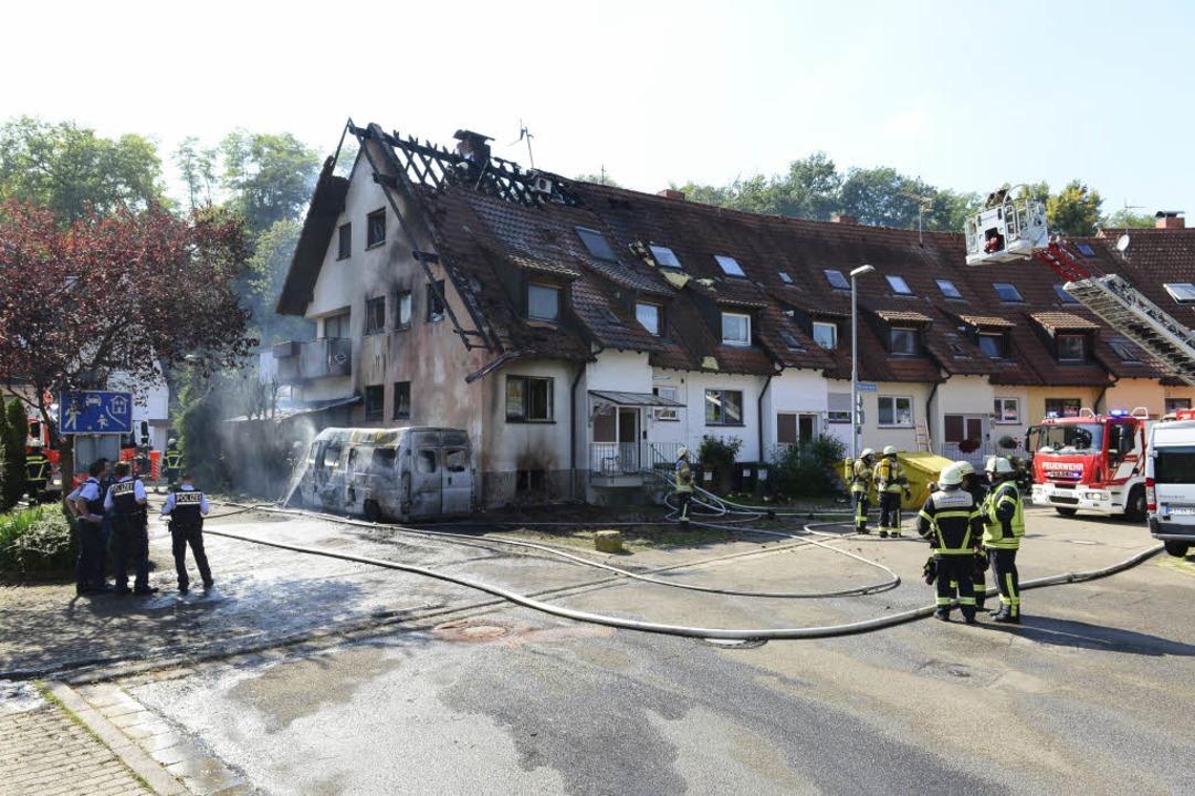Drei Familien sind betroffen. Das Reih...arhaus ist in Mitleidenschaft gezogen.  | Foto: Ingo Schneider