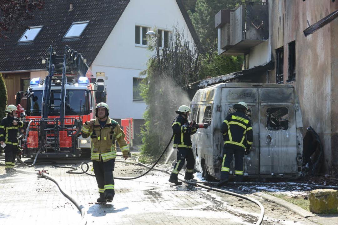 Das Feuer begann wohl mit einem brennenden Transporter.  | Foto: Ingo Schneider