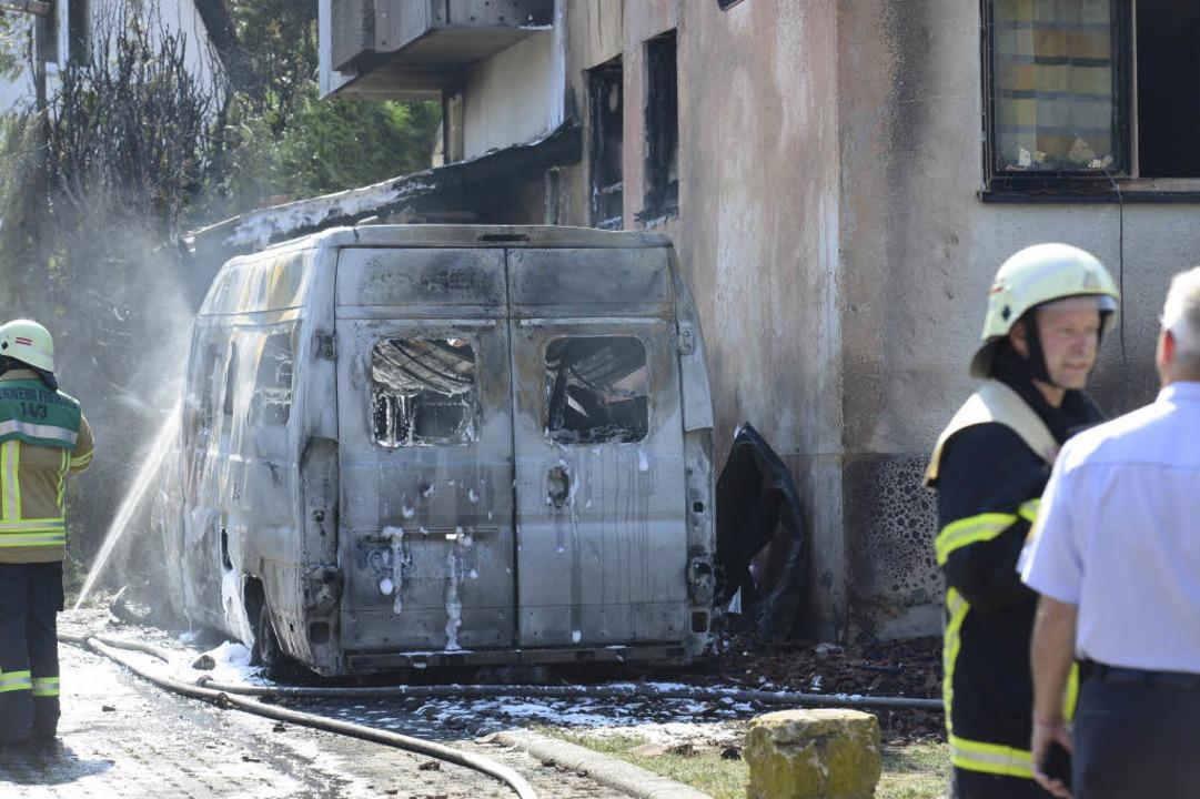Warum das Fahrzeug brannte, ist noch unklar.  | Foto: Ingo Schneider
