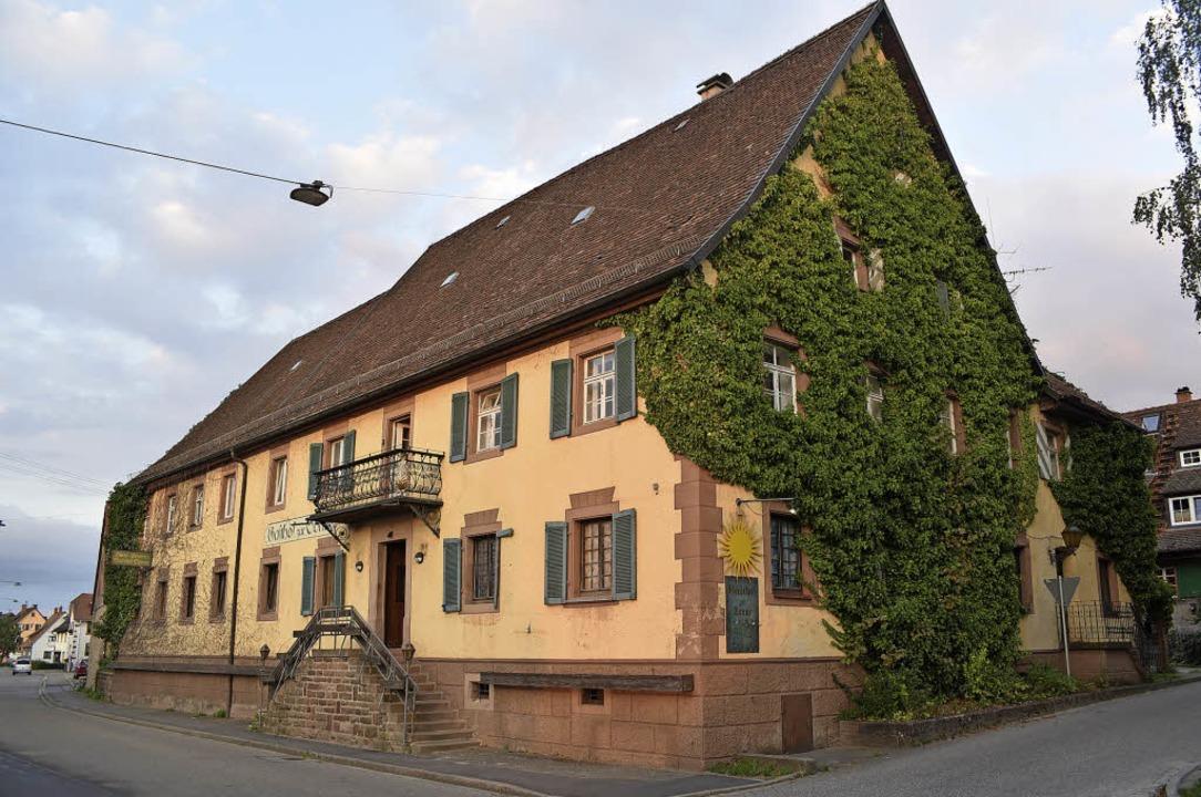 Das ehemalige Gasthaus Sonne (im Bild)...ine Wohnung an der Hauptstraße 71 um.   | Foto: Benedikt Sommer