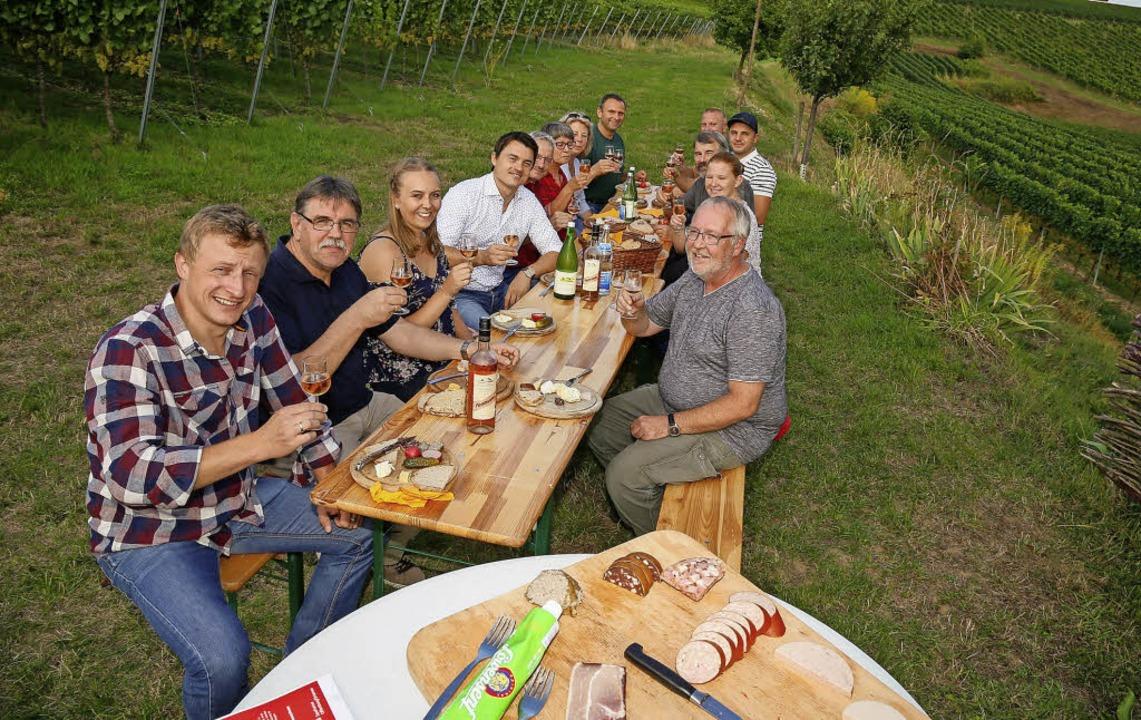 Vereinsvorstände, Weinkönigin Katinka ... Winzer beim Info-Vesper im Weinberg.   | Foto: S. Decoux-Kone
