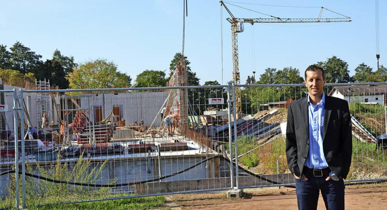 Neben der Gemeinschaftsschule entsteht...hule: Gerd Günther vor der Baustelle.   | Foto: Fedricks
