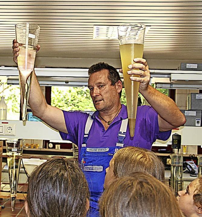 Roland Stifter zeigt im Labor Wasser n...en unterschiedlichen Reinigungsstufen.  | Foto: Monika Weber
