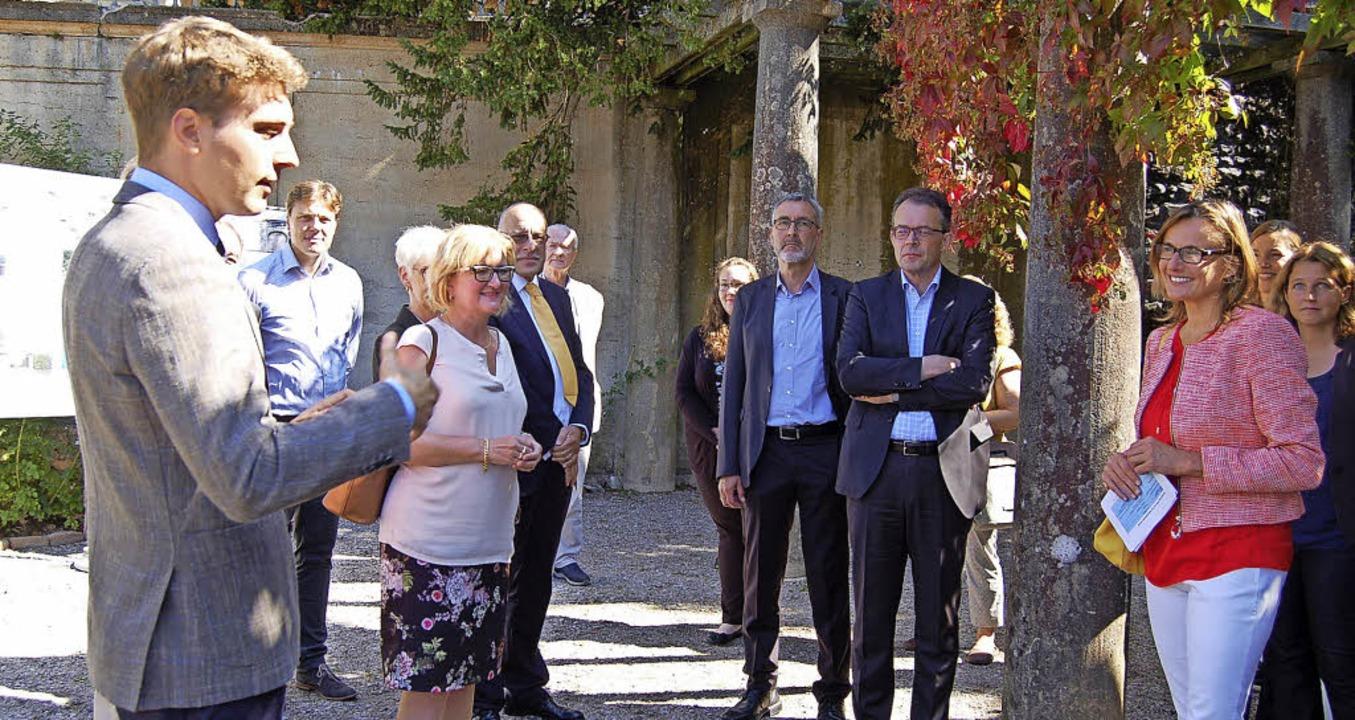 Bürgermeister Adrian Probst heißt die ...n (rechts) in St. Blasien willkommen.   | Foto: Claudia Renk