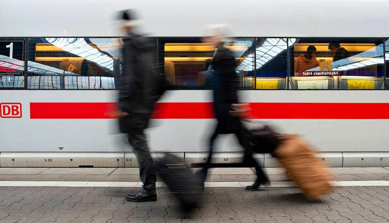 Tickets für die Bahn werden immer mehr online verkauft.   | Foto: DPA