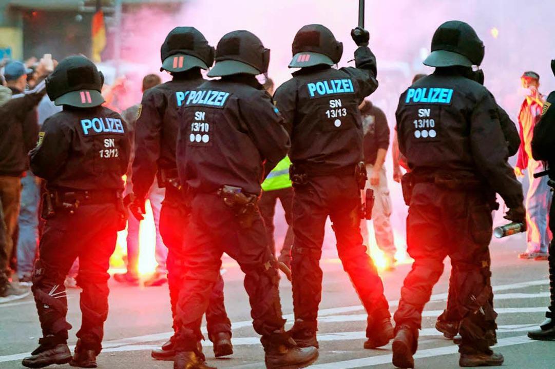 Diese Szene zeigt Polizisten am 27. Au...e des Karl-Marx-Monuments in Chemnitz   | Foto: dpa