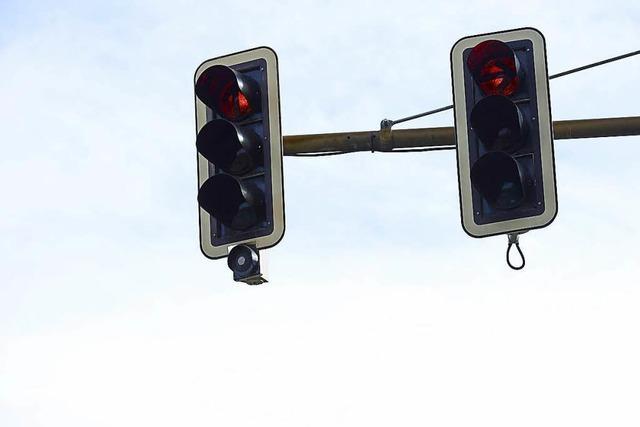 Do-it-yourself-E-Biker flüchtet vor der Polizei auf Ampelmast
