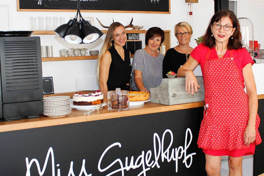 Chefin Rosmarie Gugel (rechts) mit ihren Mitarbeiterinnen an der Kuchentheke.  | Foto: Reinhard Cremer