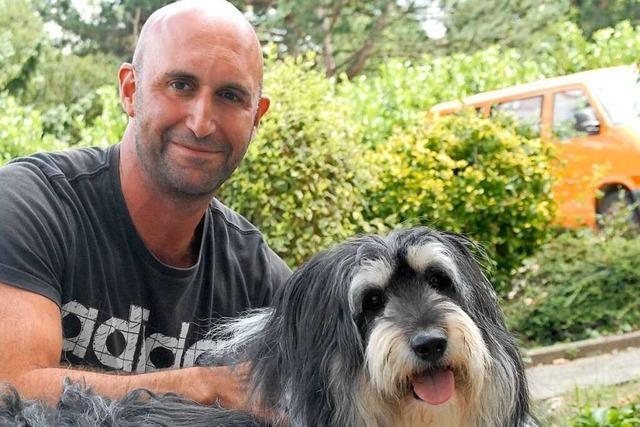 Thomas Heinzelmann geht mit Hunden aus dem Tierheim spazieren