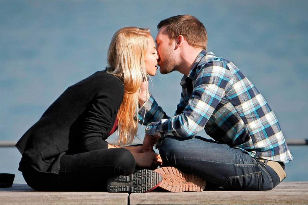 Ein verliebtes Paar – wie es sich wohl kennengelernt hat?  | Foto: Fredrik von Erichsen