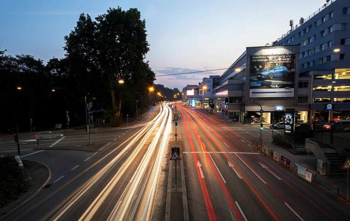 Stuttgart: Autos fahren über die Kreuzung Neckartor  | Foto: dpa