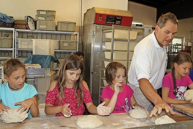 Kinder backen eigenes Brot