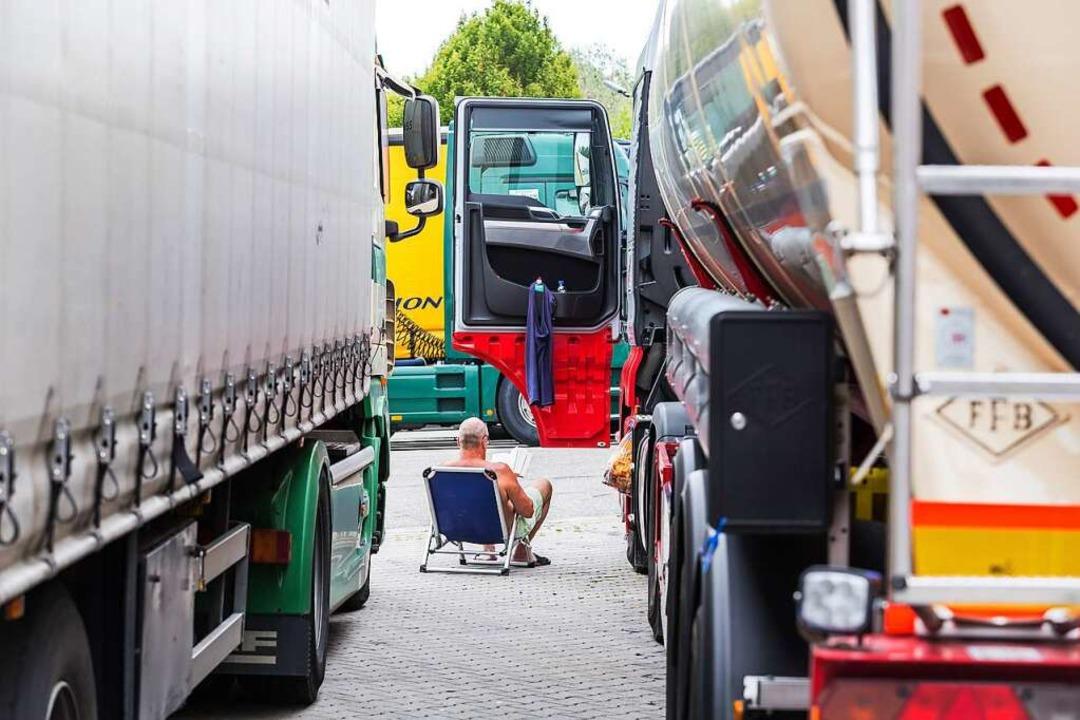 Zum Ausruhen nutzen die Fahrer die meist sehr vollen Rastplätze.  | Foto: Carlotta Huber