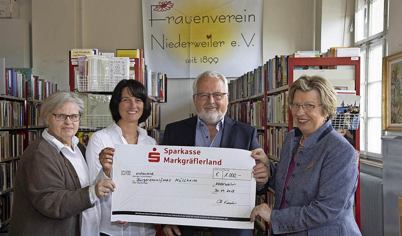 Eine Spende in Höhe von 1000 Euro über... Lisa Fickler vom Bürgersozialfonds.    | Foto: Volker Münch
