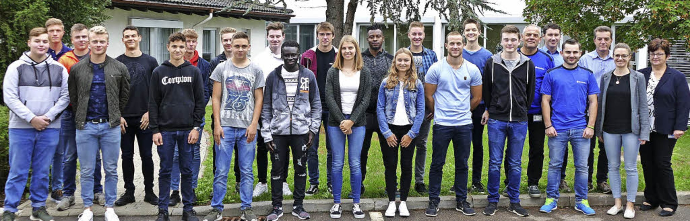 19 Azubis und DHBW-Studenten haben ein...r und Personalchefin Renate Heizmann.     Foto: Juliane Kühnemund