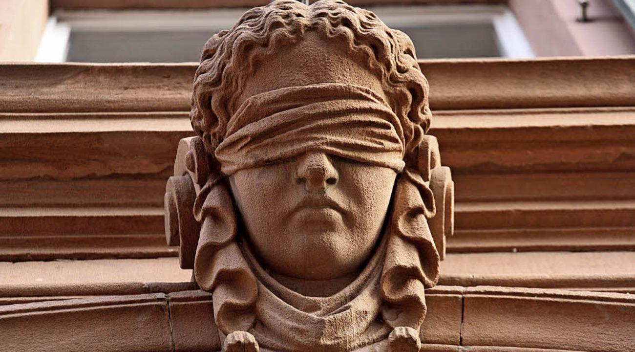 Justitia, Göttin der Gerechtigkeit, im...hnt ein unvoreingenommenes Urteil an.   | Foto: Christiane Franz