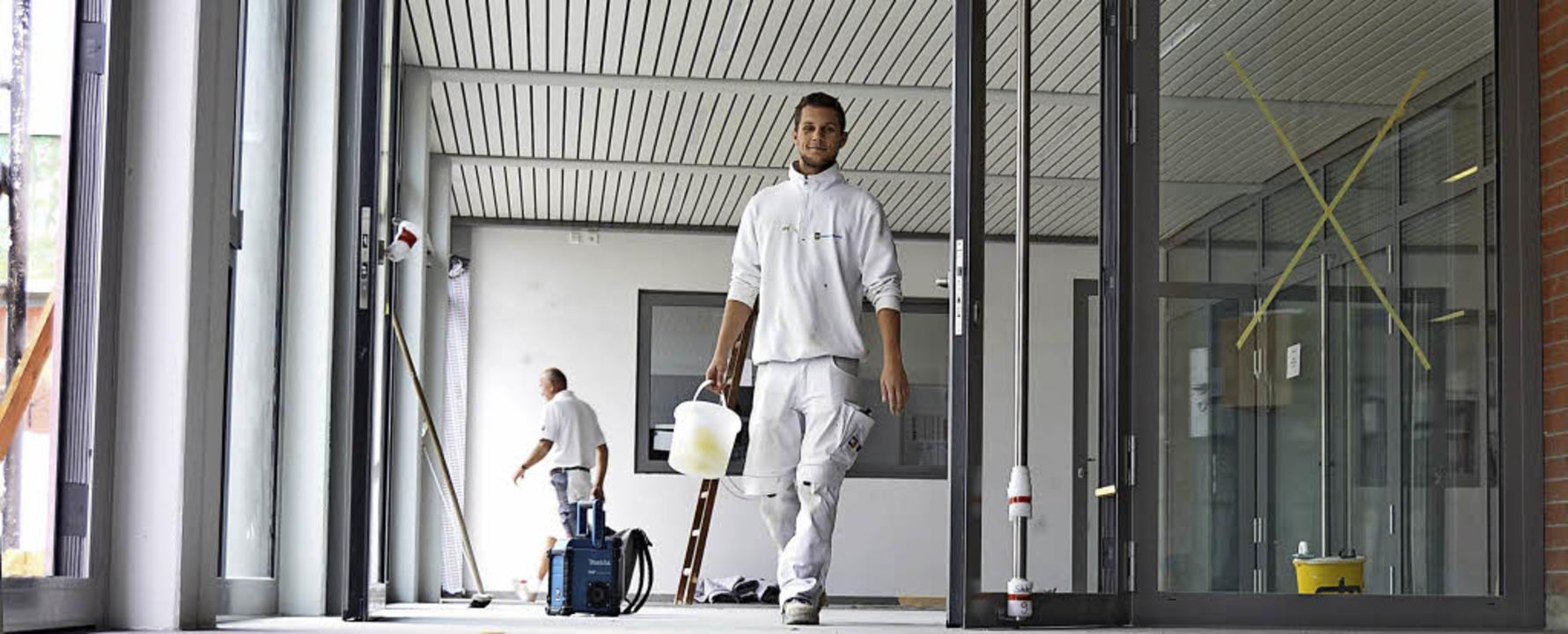 Die Handwerker – hier Maler und ...st-Macke-Schule  den letzten Schliff.   | Foto: Moritz Lehmann