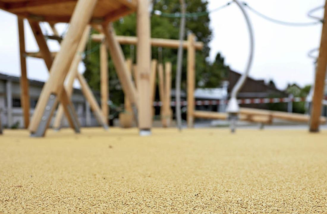Das neue Klettergerüst hat nun einen  falldämpfenden  Bodenbelag.  | Foto: Moritz Lehmann