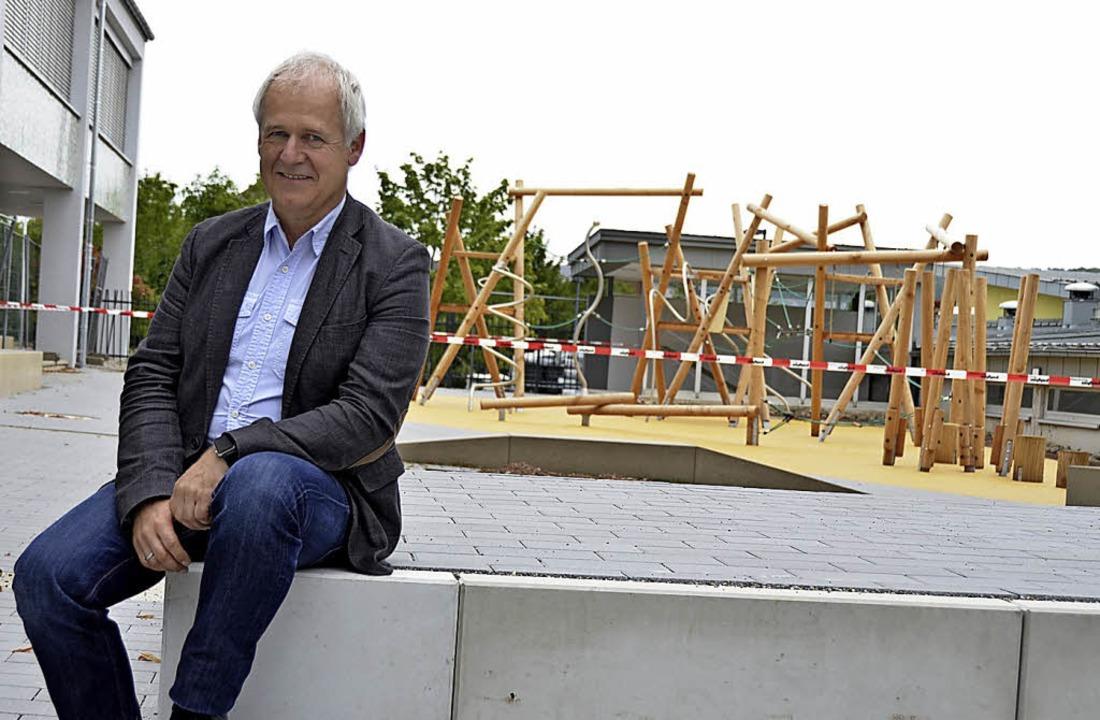 Schulleiter Kaiser freut sich in Binzen über ein neues Klettergerüst.  | Foto: Moritz Lehmann