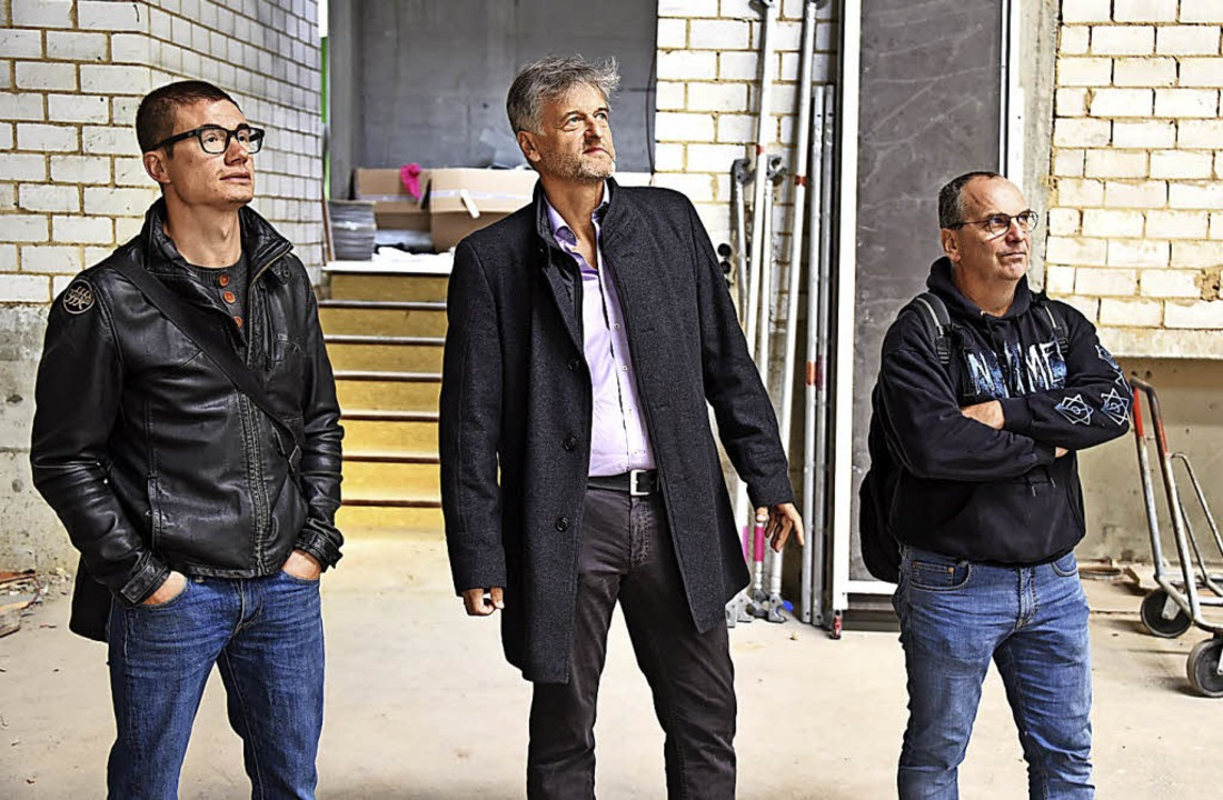 Kritischer Deckenblick: Bauamtsmitarbe... Gino Kratzer beim Baustellenrundgang.  | Foto: Robert Bergmann