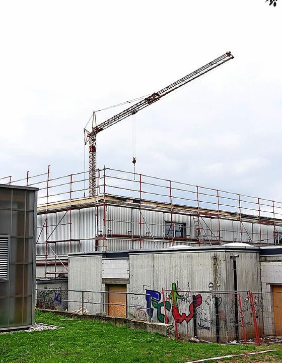 Sanierungsobjekt: Ein Kran holt Material für die Dacharbeiten.  | Foto: Robert Bergmann