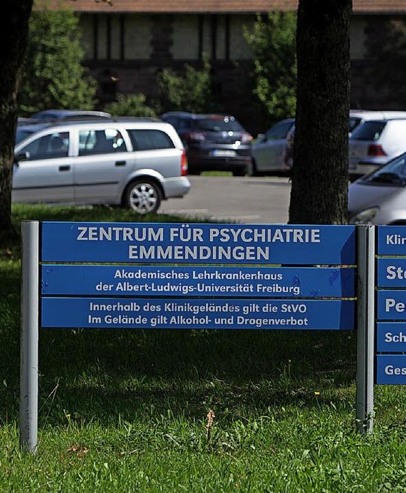 Im Gelände gilt Drogen- und Alkoholverbot: Hinweisschild am Parkplatz.  | Foto: Patrik Müller