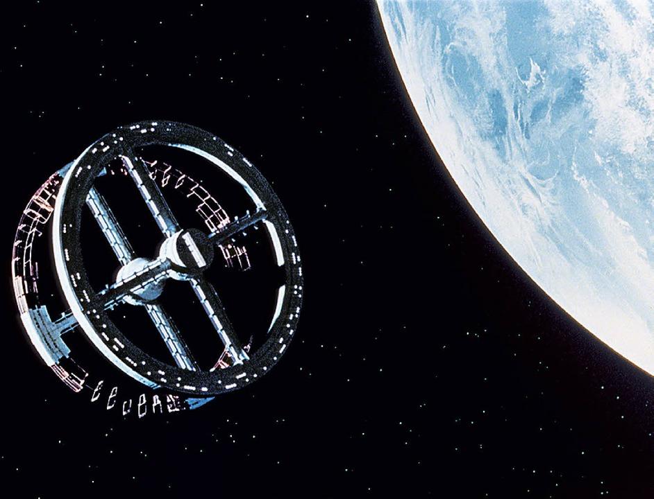 Dreht sich im Dreivierteltakt: Die Raumstation vor dem Mond  | Foto: deutsches Filmmuseum Frankfurt/BZ