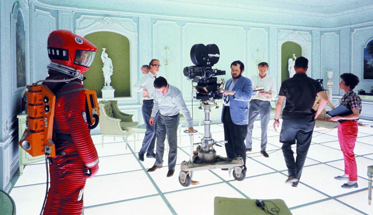 Kubrick (hinter der Kamera) bei den Dr...iten im rätselhafte Louis-Seize-Zimmer  | Foto: -
