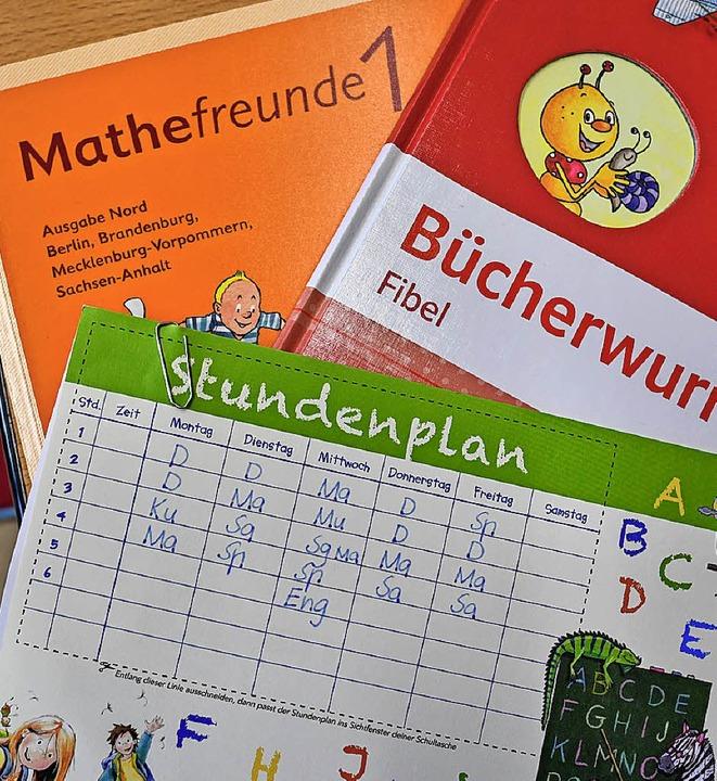 Bücher und Stundenplan eines Erstklässlers in Brandenburg  | Foto: dpa