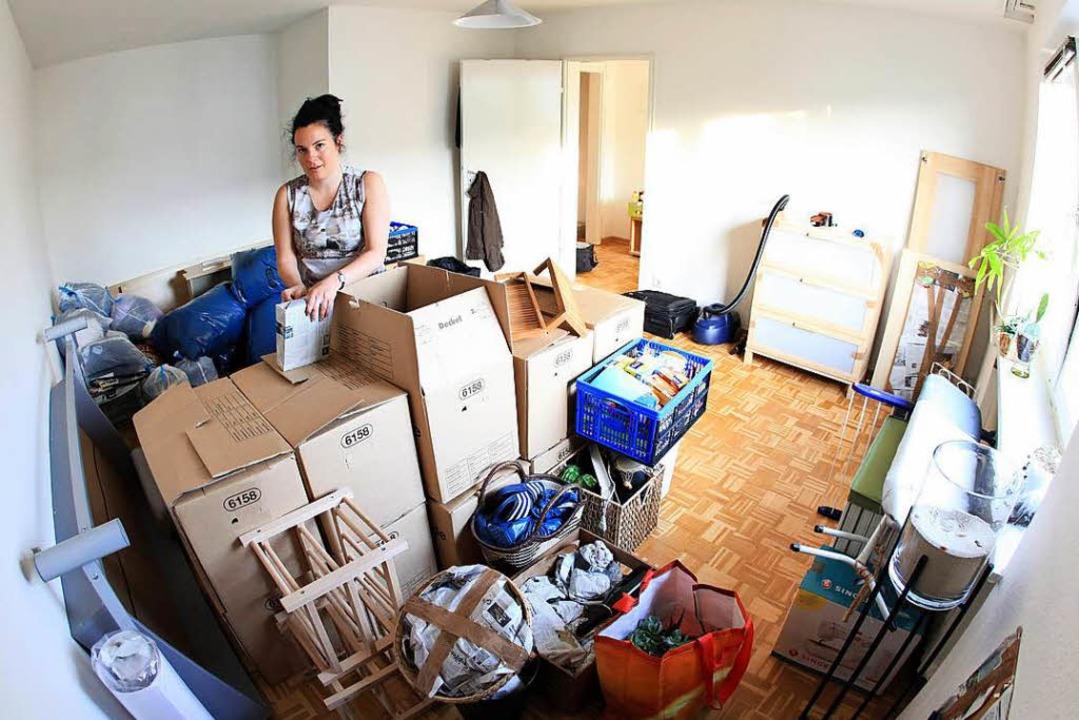 Und jetzt auspacken! Die meisten Studentenbuden sind klein und trotzdem teuer.  | Foto: Bodo Marks/dpa/tmn